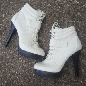 NWOB Jennifer Lopez Winter White Lace-Up Heel